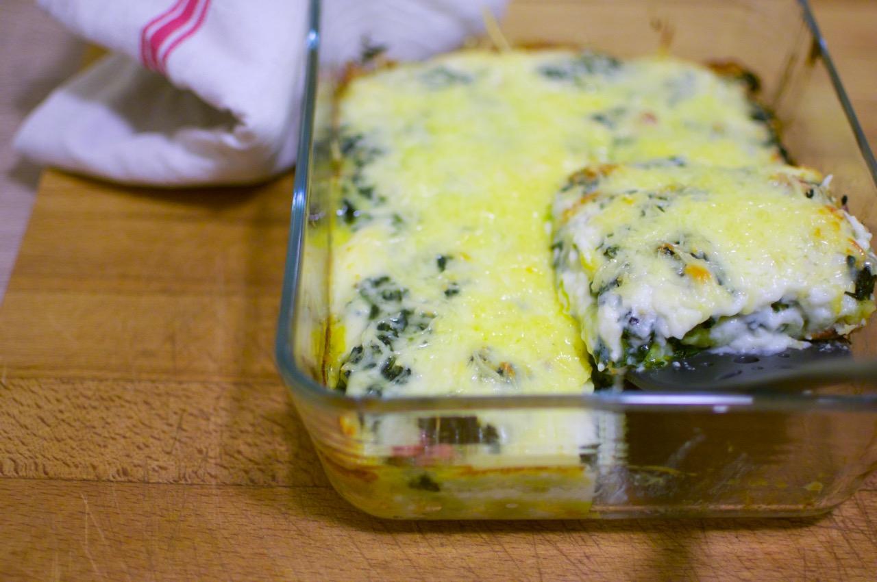 Plat de lasagnes aux ravioles et aux épinards