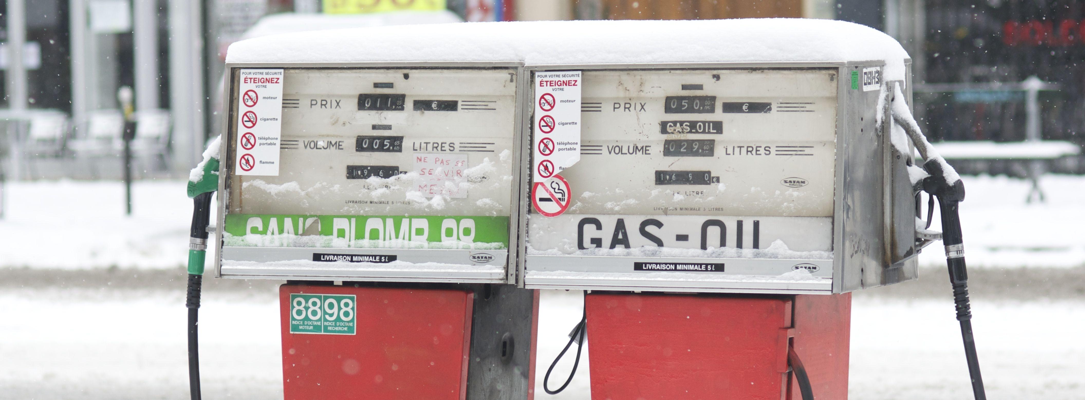 Pompes à essence sous la neige à Paris
