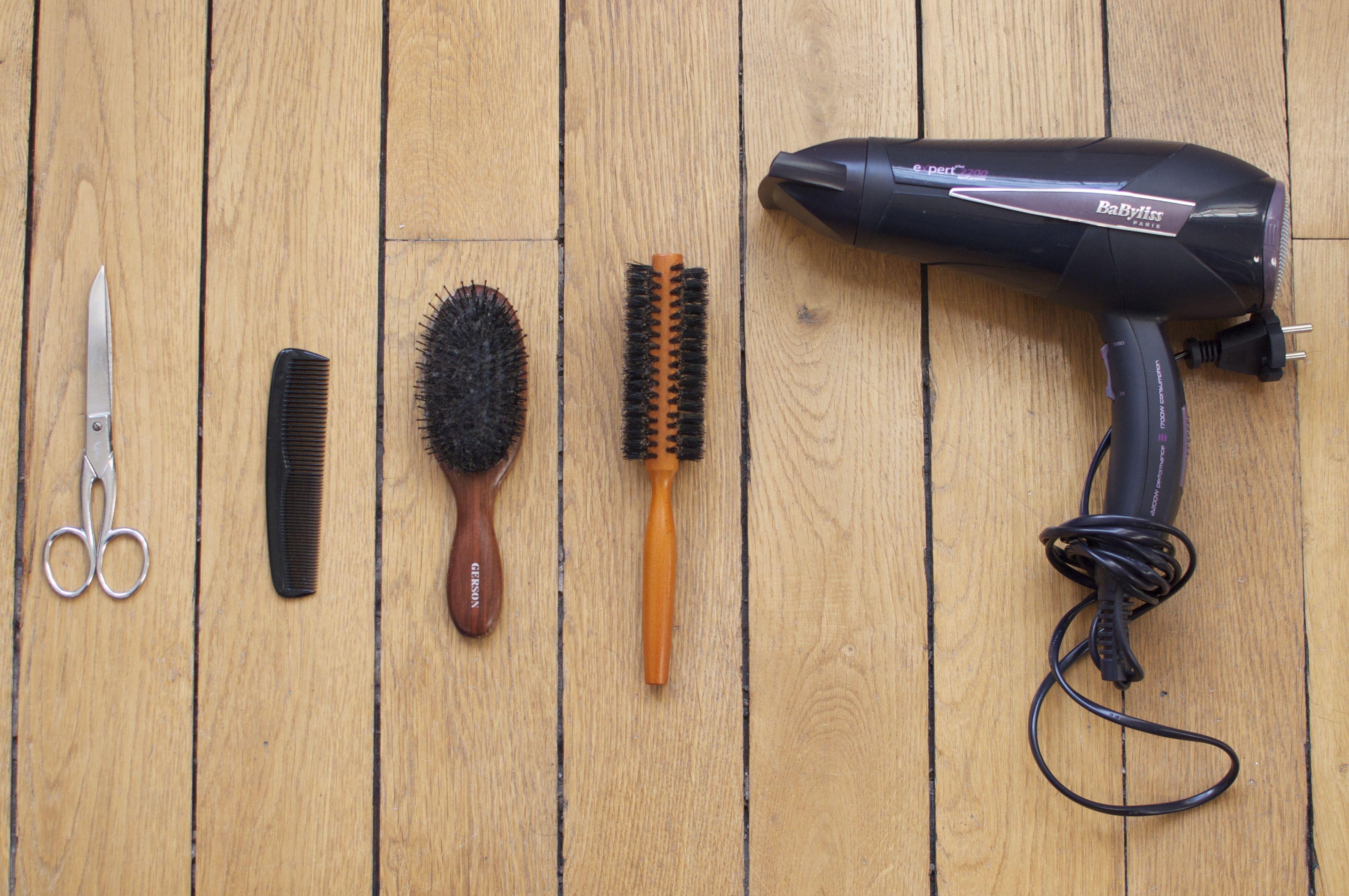 Brosses, ciseaux et sèche-cheveux